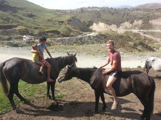 Ja, wir fahren nicht nur Auto! Mit dem Pferd reisen, das wäre auch nochmal was...