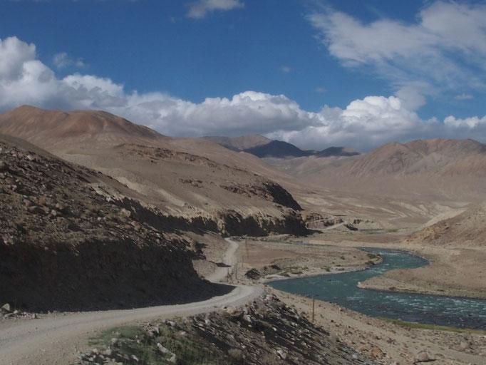 Und wieder der Whakan, auf der anderen Seite des Flusses liegt Afghanistan, und die knapp 8.000er Berge. Wir sehen Bauern, Hirten, kleine Dörfer. Es sieht sehr friedlich aus!