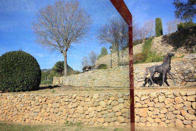 Glasstele mit Fenster im Garten