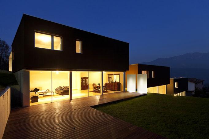 Glas nachts beleuchtet am Haus
