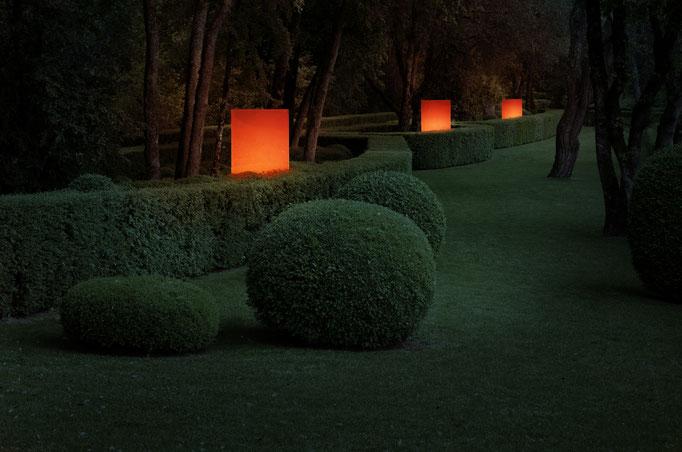 Glasstele im Garten beleuchtet