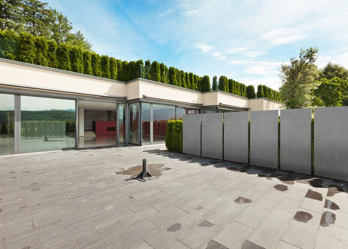 Betonstelen auf Terrasse sehr dünn