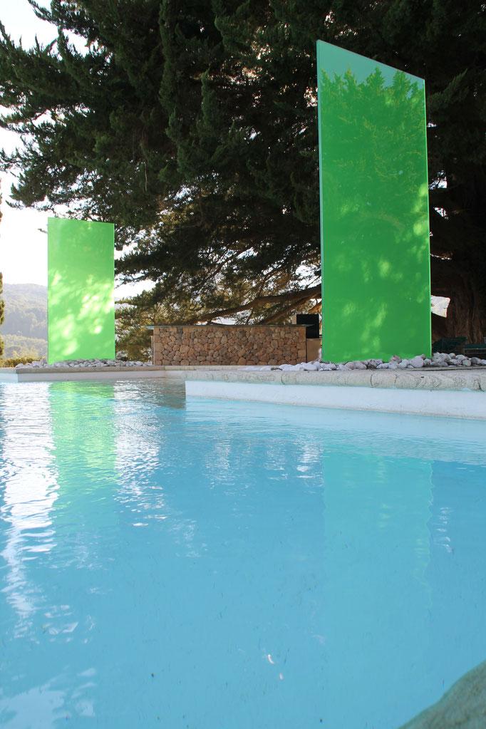 grüne Glasstele am Pool