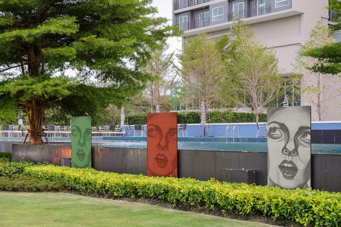 Fotobeton Stele an einem Pool