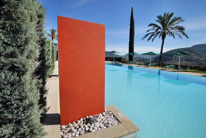 Betonstele rot am Pool als Abtrennung und Design