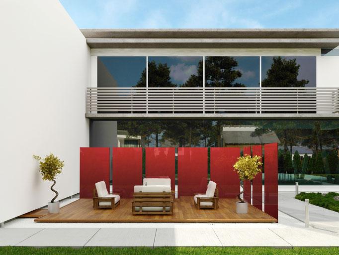 Glasstelen als Abtrennung einer Terrasse im Garten