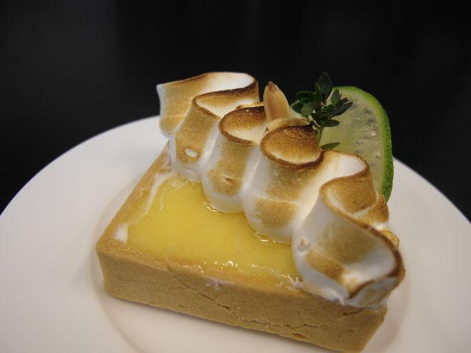 Zitronen Tarte mit geflämmter Meringue