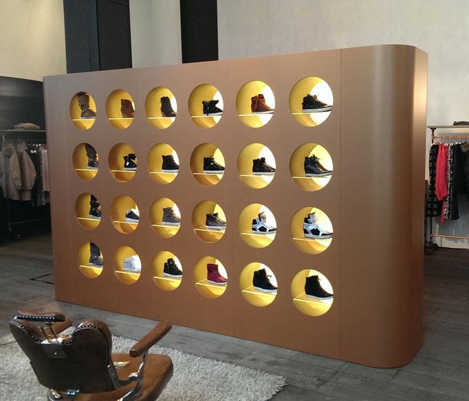 Display in 8-teiliger Kastenbauweise bronzefarben lackiert