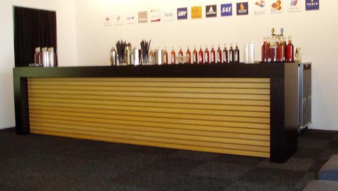 Bar für Messestand mit Kunstharz belegt und Front mit Massivholzleisten geölt