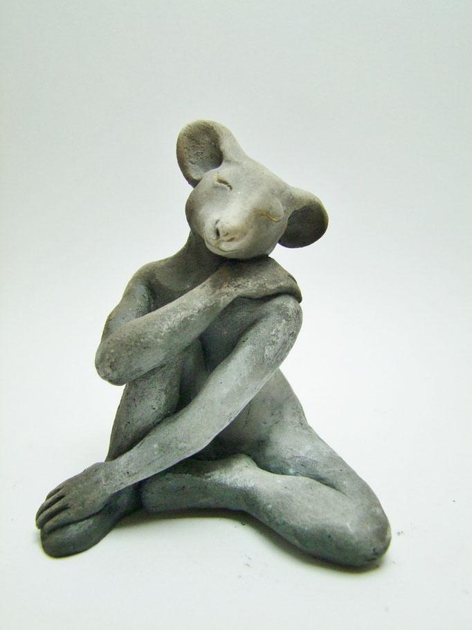 statue souris caline  de simplement terre