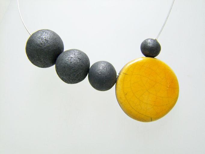 collier décroissant jaune et noir