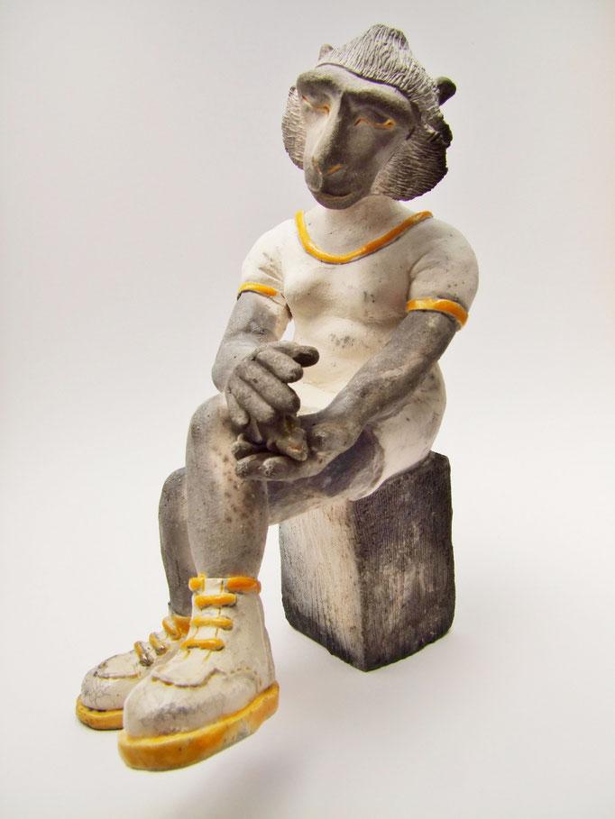 statue le macaque à l'oiseau de simplement terre