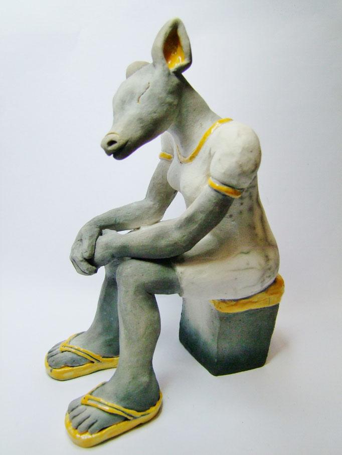statue de biche assise de simplement terre