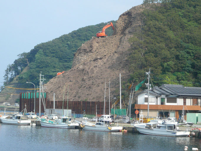 9月13日第八博潮丸停泊地 新比田勝ターミナルへの道路拡張の為 山の掘削工事始まりました