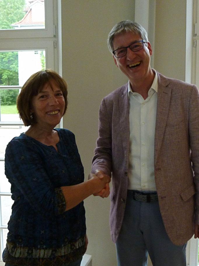 Andreas Klenke gratuliert Heike Maus, die als stellvertretendes Mitglied in die ARK gewählt wurde