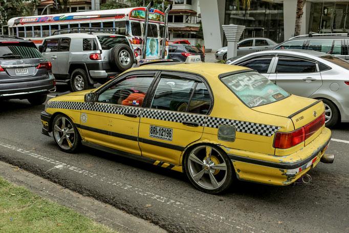 Die Taxis sehen aus wie Rennautos.