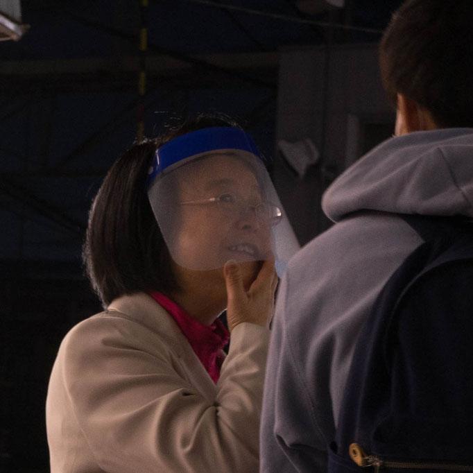 れいわ新選組ロスジェネ女性勝手連さん 11月の東京10区の街頭活動にて。たまたま駅を通りがかった、政治について興味を持ち始めた、という16歳の男性と語り合う渡辺てる子さん。この笑顔男性の言葉に希望が見えたのでしょう。