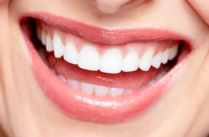 Strahlend weiße und schöne Zähne wirken vital und jugendlich