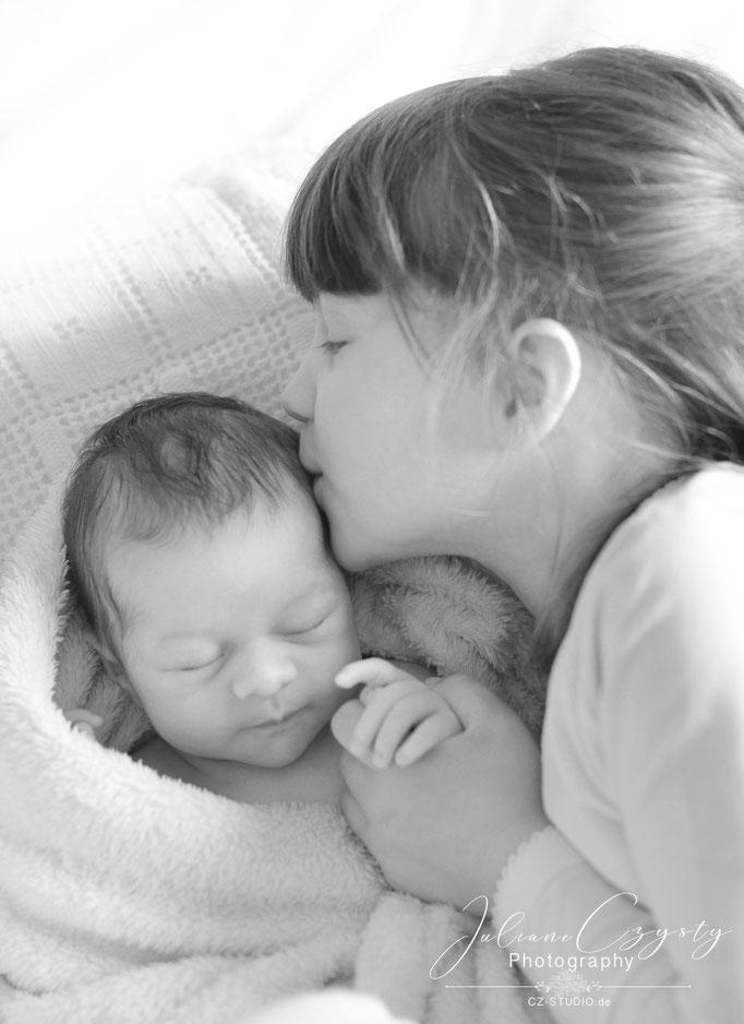 Foto-Shooting mit Neugeborenen und Geschwistern – Juliane Czysty, Fotografin in der Nähe von Rotenburg