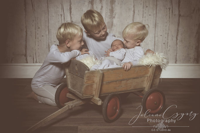 Liebevolle Newborn Fotos - Julianne Czysty, Fotostudio Landkreis ROW