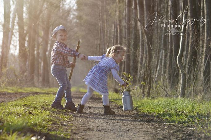 Kinderfotos draußen –Juliane Czysty, Fotografin in der Nähe von Rotenburg