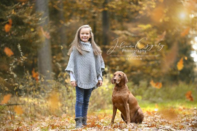 Kinder mit ihrem Haustier Outdoorshooting