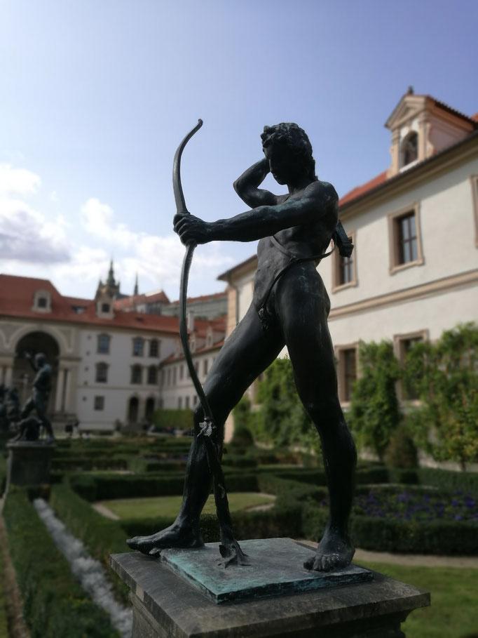 Statuen im Garten des Palais Waldstein mit Blick zur Burg