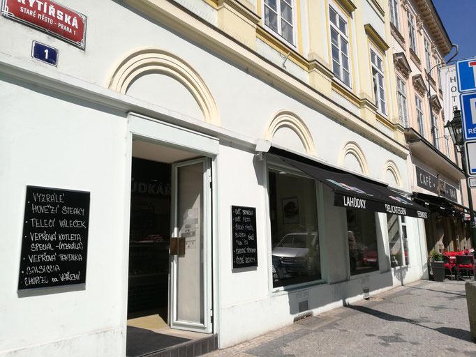 Ein feiner, kleiner Delikatessenladen Straße Rytirska, Ecke Perlova