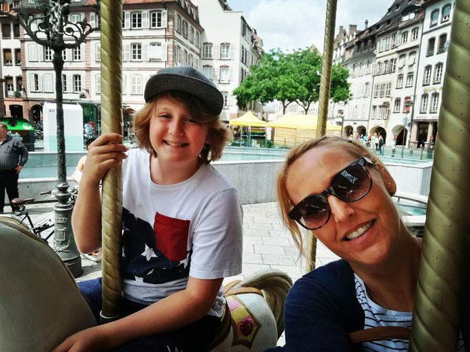 Kleine Karuselltour in Straßburg - natürlich fährt die Mama mit!!