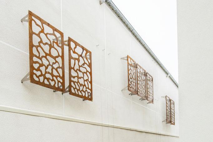 Installation de 18 panneaux muraux extérieurs dans le cadre d'un immeuble à Villeurbanne  /  © Michel LAURENT (MichL)