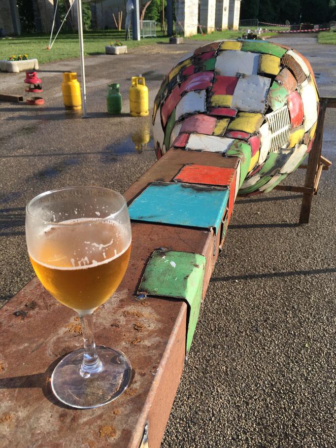 """""""Pause bière"""" pendant la réalisation de """"Couleurs de l'amour"""" sous la canicule (juin 2017)   /  © Michel LAURENT / MichL"""
