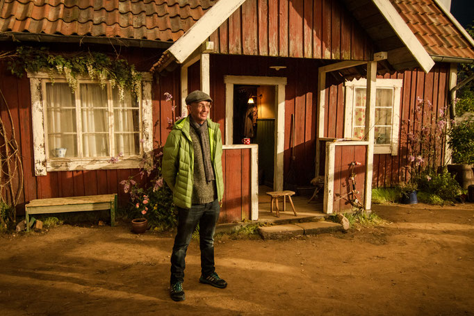 "Ali Samadi Ahadi (Regisseur) vor ""Petterssons"" Haus, Foto: Christoph Arni"