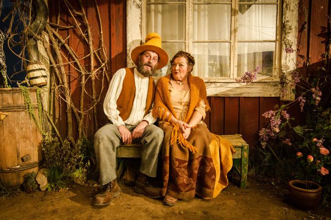 """Stefan Kurt (Pettersson) und Marianne Sägebrecht (Beda) auf der Bank vor """"Petterssons"""" Haus, Foto: Christoph Arni"""