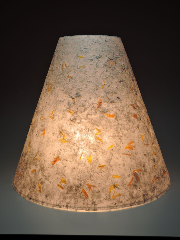 PAPIER-art ART-papier, Lampenschirm aus Papier, Zellstoffaser Kozo mit Ringelblumen, DM 15-40 cm H 35 cm ,  Mattsee, Österreich