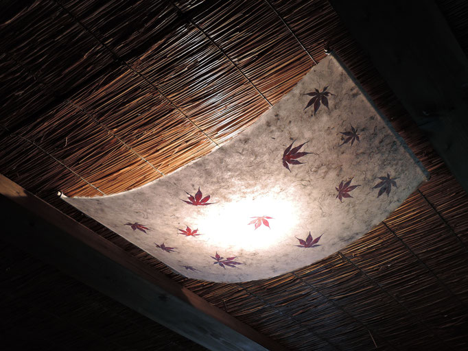 Deckenlampe Kozo mit rotem Ahorn