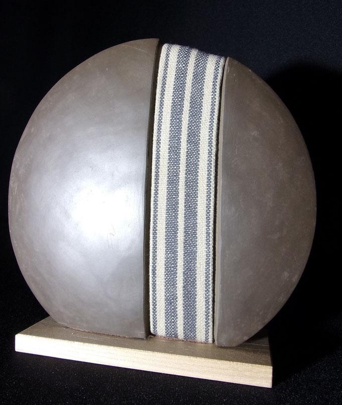 Réf : SC201901 - Faïence noire et tissus - Diamètre 18 cm