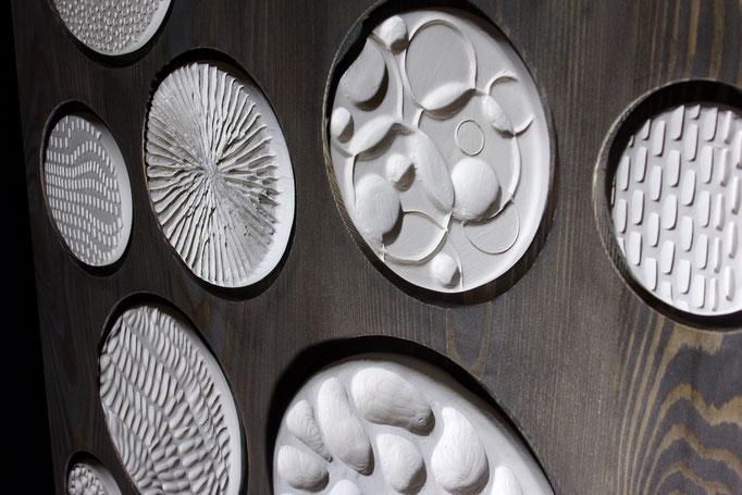 Réf : TE201901 - Faïence blanche et bois teinté noir -  50 cm X 50 cm