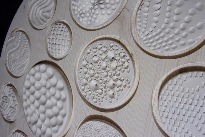 Réf : TE201905 - Faïence blanche et bois teinté blanc - Diamètre 50 cm