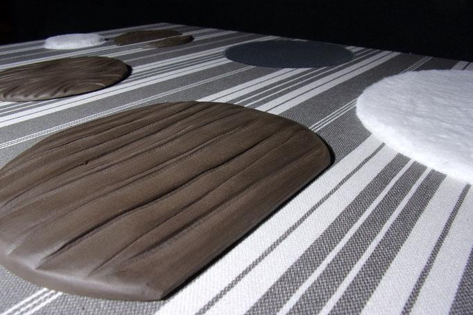 Réf : TT201902 - Terre noire (faïence) et tissus dans les tons blancs - 80 cm X 80 cm