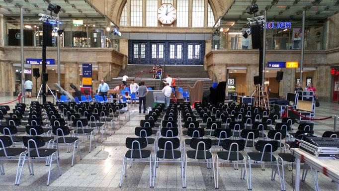Die Stühle sind aufgestellt, das Orchester bringt die Instrumente.
