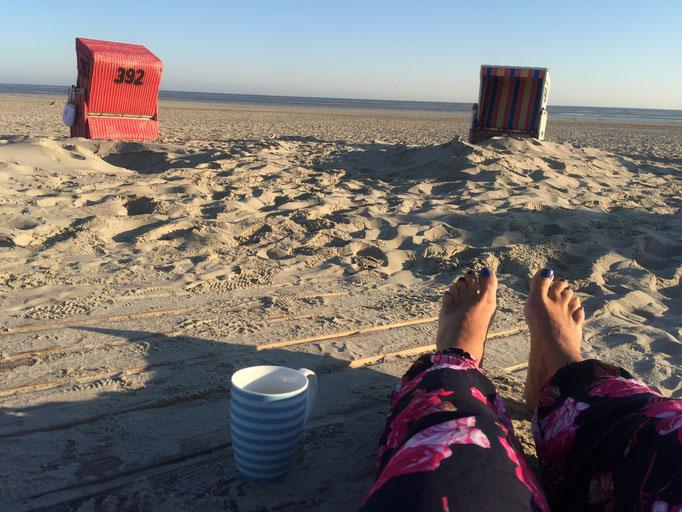 Kaffeeplätze mit Gänsehaut und Sand zwischen den Zehen