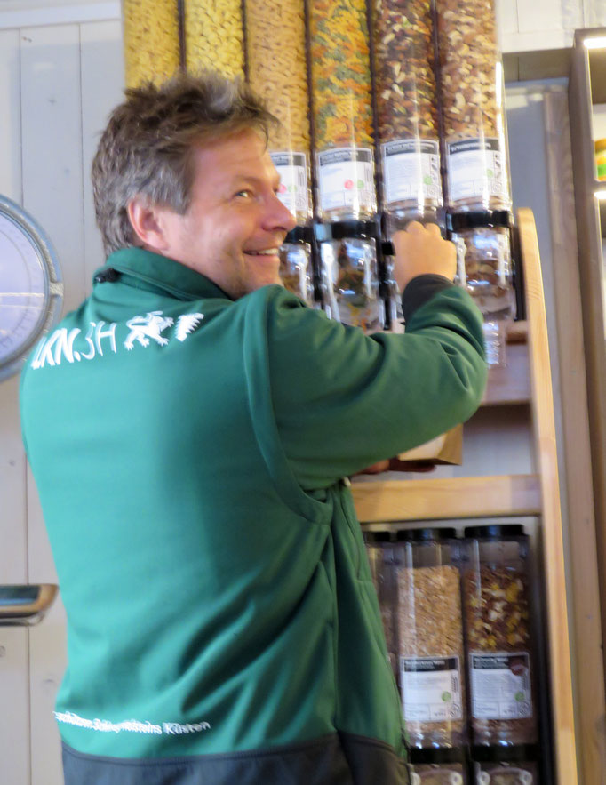 Das erste Unverpackt-Regal auf Föhr steht in der Speisekammer in Wyk