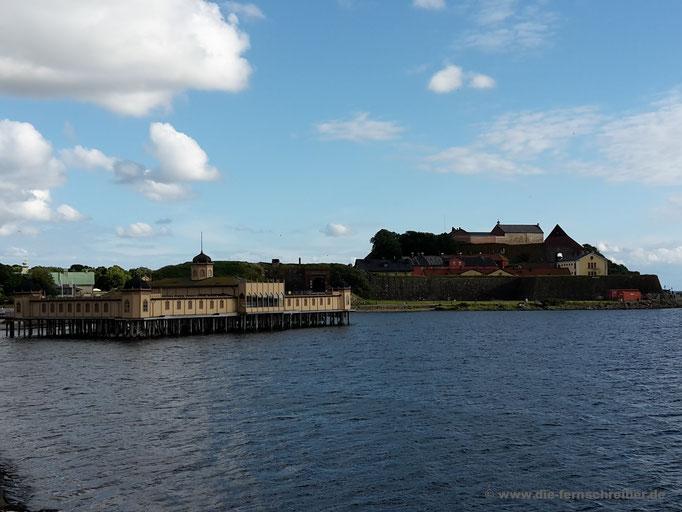 Kaltbadehaus und Festung vom äußersten Zipfel des Hafenbeckens aus gesehen
