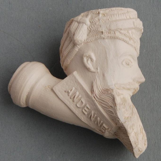 Jacob pijp met tekst HEURTER en ANDENNE, op tulband de eenvoudige naam JACOB