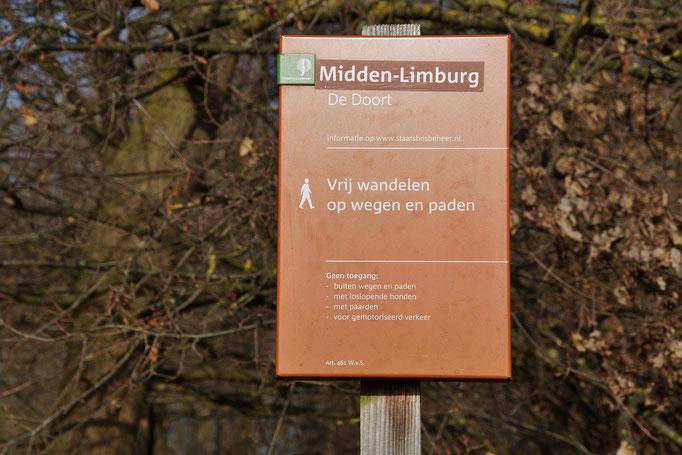 Braune Tafeln sind Hinweisschilder des Naturschutzgebietes