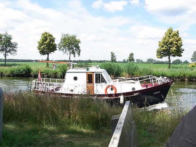 Gemütlich auf dem Kanal die Landschaft erkunden
