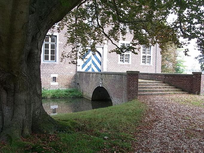 Eine kleine Brücke führt ins Schloss