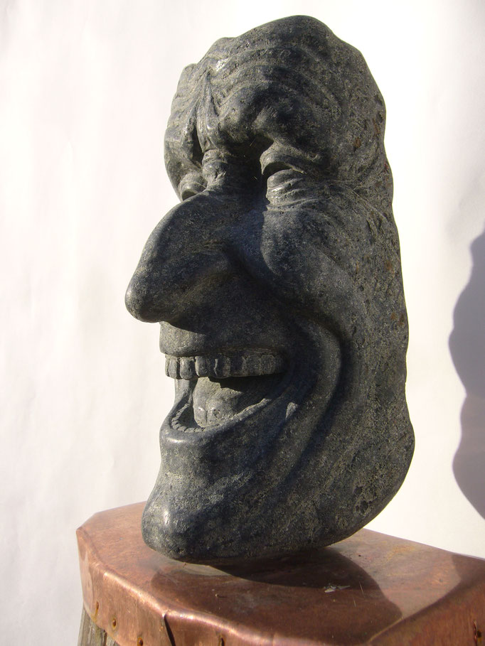 LACHENDER,        Diabas,        H 32  B 16  L 14 cm