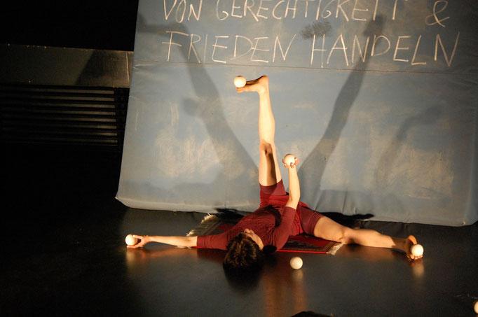Kunststücke - Roxana Küwen(Trapez + Fußjonglage)