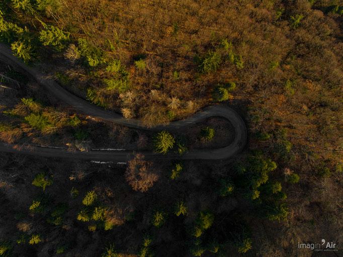 Un virage sur la route au dessus d'Aiton (73)   Crédit : Benoit PEREZ